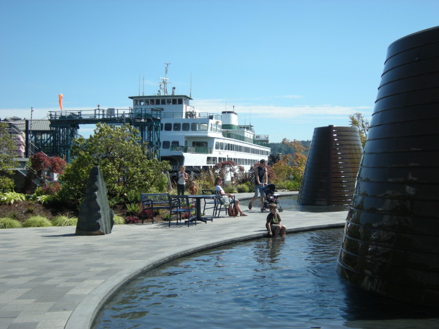 Bremerton,_WA_-_Washington_State_Ferry_from_Harborside_Fountain_Park_01